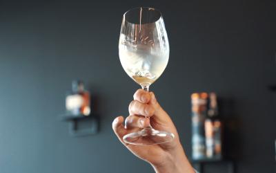 Sukite vyno taurę kaip profesionalas